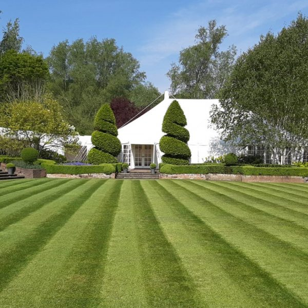 Le-Talbooth-marquee-and-lawn